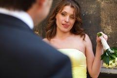 黄色礼服的新娘看起来讽刺 免版税库存照片