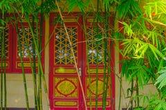 绿色竹子有迷离建筑学门中国式背景 免版税库存照片