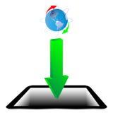 绿色箭头、片剂和模型行星地球20.04.13 免版税图库摄影