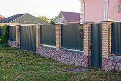 绿色篱芭和门和绿色门有邮箱的 图库摄影