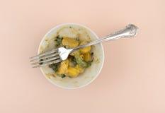 黄色红萝卜和青豆完成的膳食 库存图片