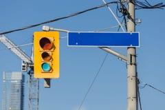黄色红绿灯和空的路路牌在岗位 免版税图库摄影