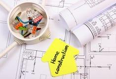 黄色纸、电子箱子有缆绳的和结构图议院  免版税库存图片