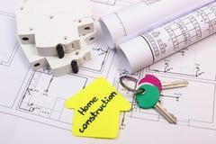 黄色纸、钥匙、电保险丝和结构图议院  免版税图库摄影