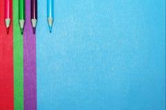 色纸和色的铅笔背景  免版税库存图片