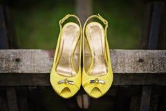 黄色缎窥视脚趾党婚礼凉鞋 库存图片