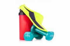 绿色网球头饰带盖帽和蛋白质搅拌器瓶有一个对的蓝色健身哑铃 免版税库存图片