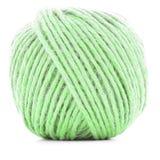绿色羊毛丝球,在白色背景隔绝的编织的螺纹球 免版税库存照片