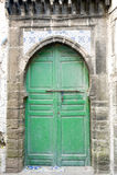 绿色老门和传统摩洛哥瓦片 免版税库存图片