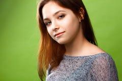 绿色背景的十几岁的女孩 免版税图库摄影