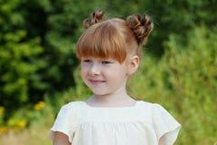 绿色背景的可爱的红发女孩 库存图片