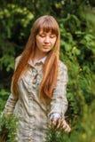 绿色背景的女孩。 免版税图库摄影