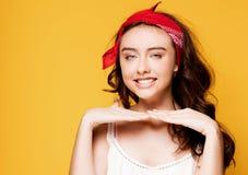黄色背景的愉快的十几岁的女孩 免版税库存图片