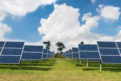 绿色能量的太阳农场在泰国 免版税库存图片