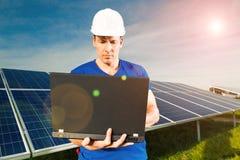 绿色能量-与蓝天的太阳电池板 免版税库存图片