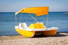 黄色脚蹬筏小船 库存照片