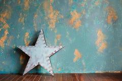绿色膏药墙壁和葡萄酒金属化与灯的星 免版税库存照片