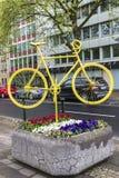 黄色自行车作为艺术对象在杜塞尔多夫,德国 免版税库存图片