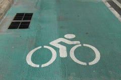 绿色自行车车道 免版税库存图片