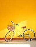黄色自行车 免版税库存照片