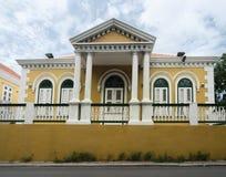 黄色色的殖民地建筑学在威廉斯塔德,库拉索岛 库存照片