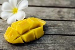 黄色芒果和羽毛 库存照片