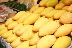 黄色芒果在市场上。 库存照片