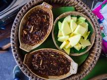 绿色芒果用甜鱼子酱,泰国食物 免版税库存图片