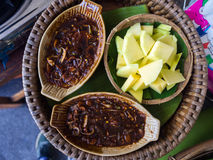 绿色芒果用甜鱼子酱,泰国食物 图库摄影
