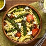 绿色芦笋、蕃茄、青纹干酪和意大利面制色拉 免版税库存照片