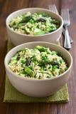 绿色芦笋、豌豆和糙米意大利煨饭 免版税库存照片