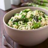 绿色芦笋、豌豆和糙米意大利煨饭 库存照片