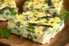 绿色芦笋、豌豆和青纹干酪菜肉馅煎蛋饼 库存照片