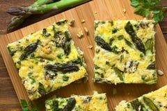绿色芦笋、豌豆和青纹干酪菜肉馅煎蛋饼 免版税库存图片