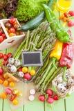 绿色芦笋和其他新鲜蔬菜 免版税图库摄影