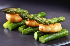 绿色芦笋用老虎大虾、欢乐开胃菜或者自助餐 库存图片
