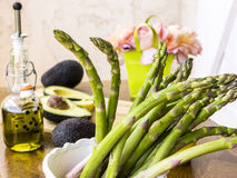 绿色芦笋用鲕梨和橄榄油 免版税图库摄影
