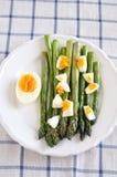 绿色芦笋用鸡蛋 免版税库存图片