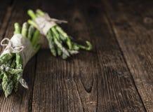 绿色芦笋(被射击的特写镜头)在木头 库存照片