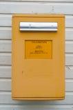 黄色芬兰信件箱子 免版税库存图片