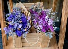 紫色花花束和蓝色花花束在木bo 库存照片