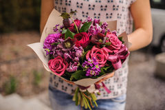 紫色花花束构成在手上 免版税库存照片