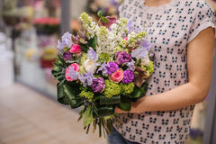 紫色花花束构成在手上 库存照片
