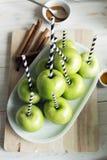 绿色苹果为做苹果糖果做准备 库存照片
