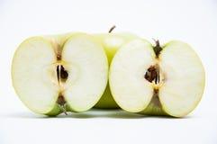 绿色苹果和两个一半 免版税图库摄影