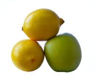 绿色苹果和两个柠檬 免版税库存照片
