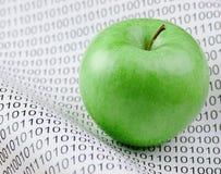 绿色苹果和二进制编码 免版税库存照片