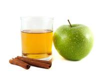 绿色苹果和杯汁液用桂香 免版税库存照片