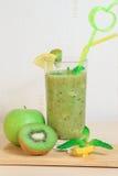 绿色苹果和猕猴桃圆滑的人用柠檬和薄菏 库存照片