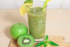 绿色苹果和猕猴桃圆滑的人用柠檬和薄菏 免版税库存图片